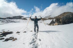Mann mit Wanderstöcken im Gebirge