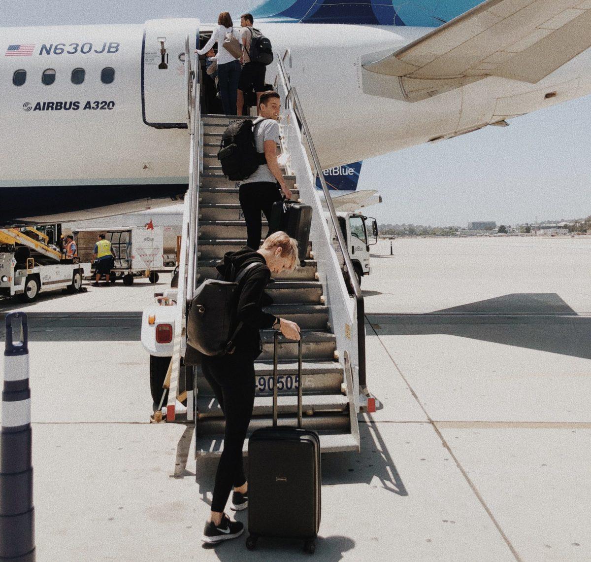 Rucksack Handgepäck mit Leuten beim boarden des Flugzeugs