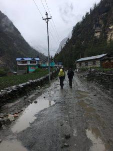 Wandern im Regen in Nepal