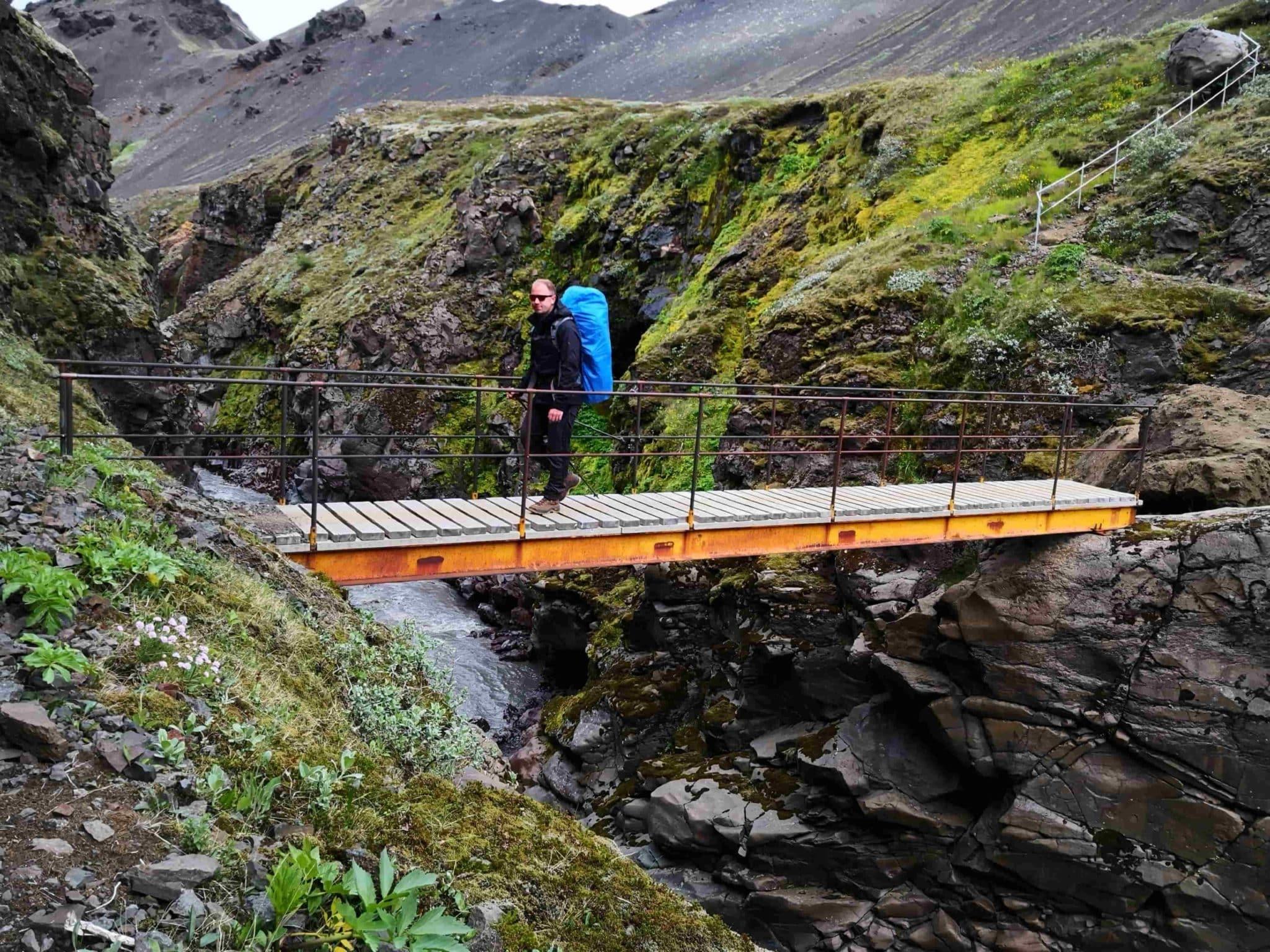 Wanderer bei Regen auf Brücke