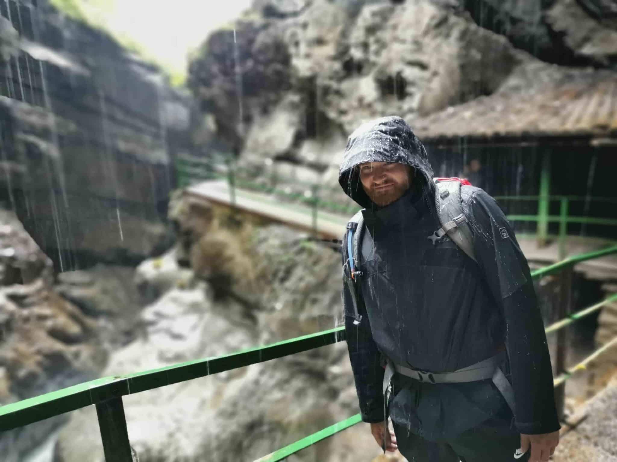 Hardshelljacke in Klamm unter Regen