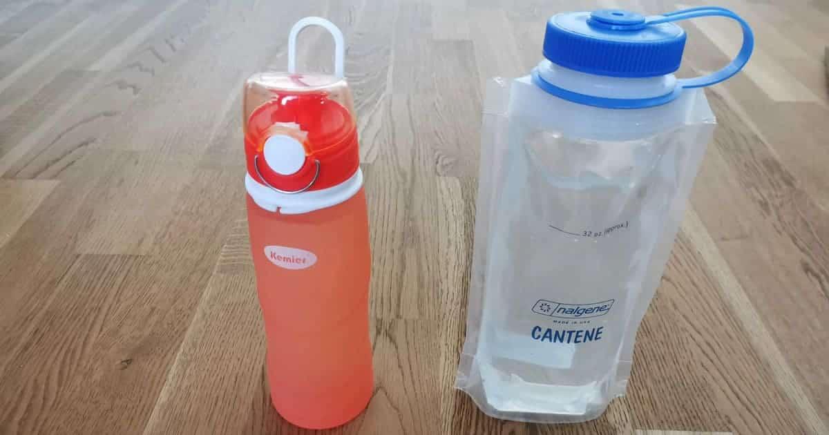 Faltbare Trinkflaschen auf dem Tisch