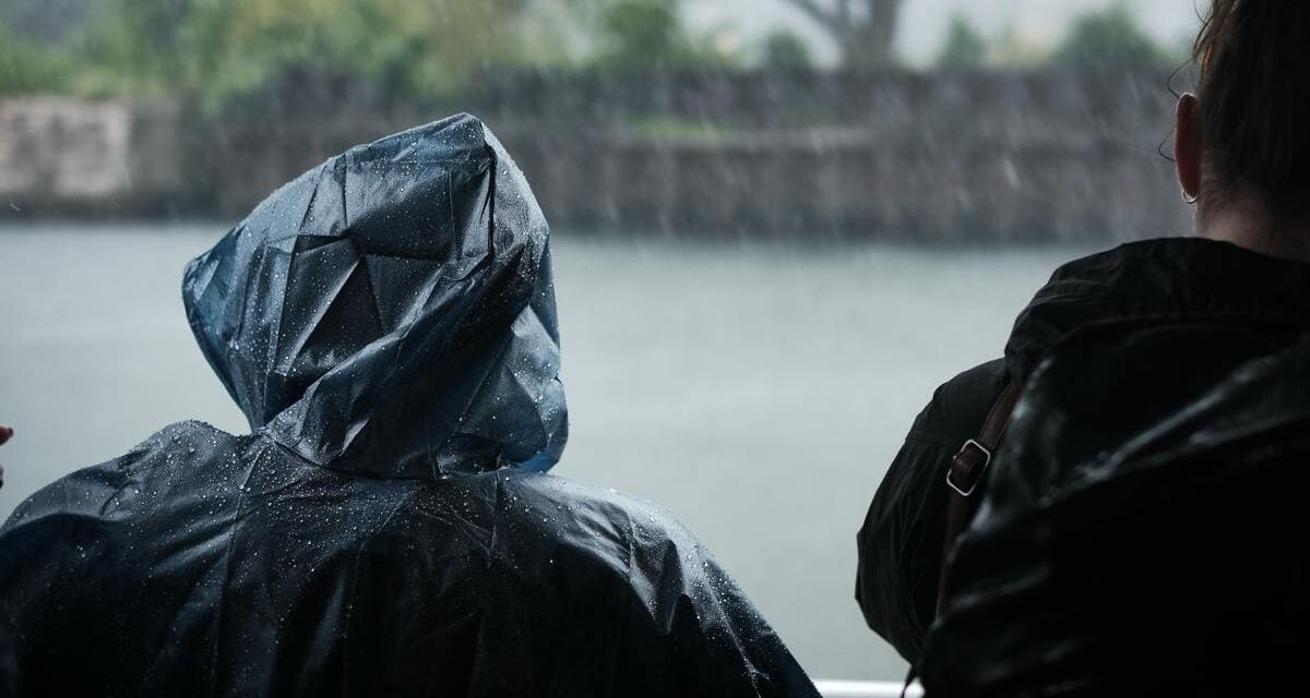 Mann im Regenponcho