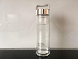 Glastrinkflasche in der Küche