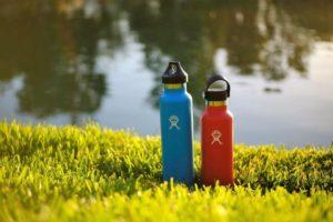 2 Trinkflaschen im Gras