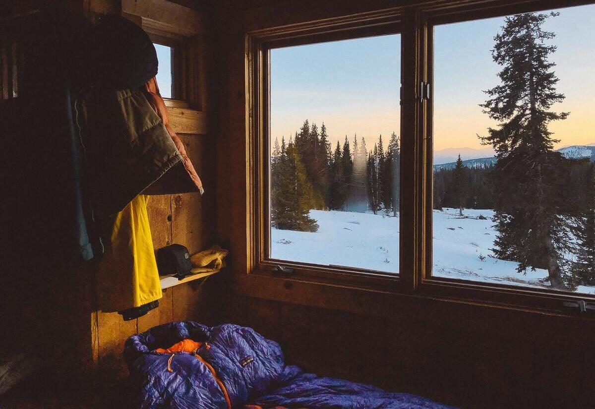 Daunenschlafsack in einer Hütte