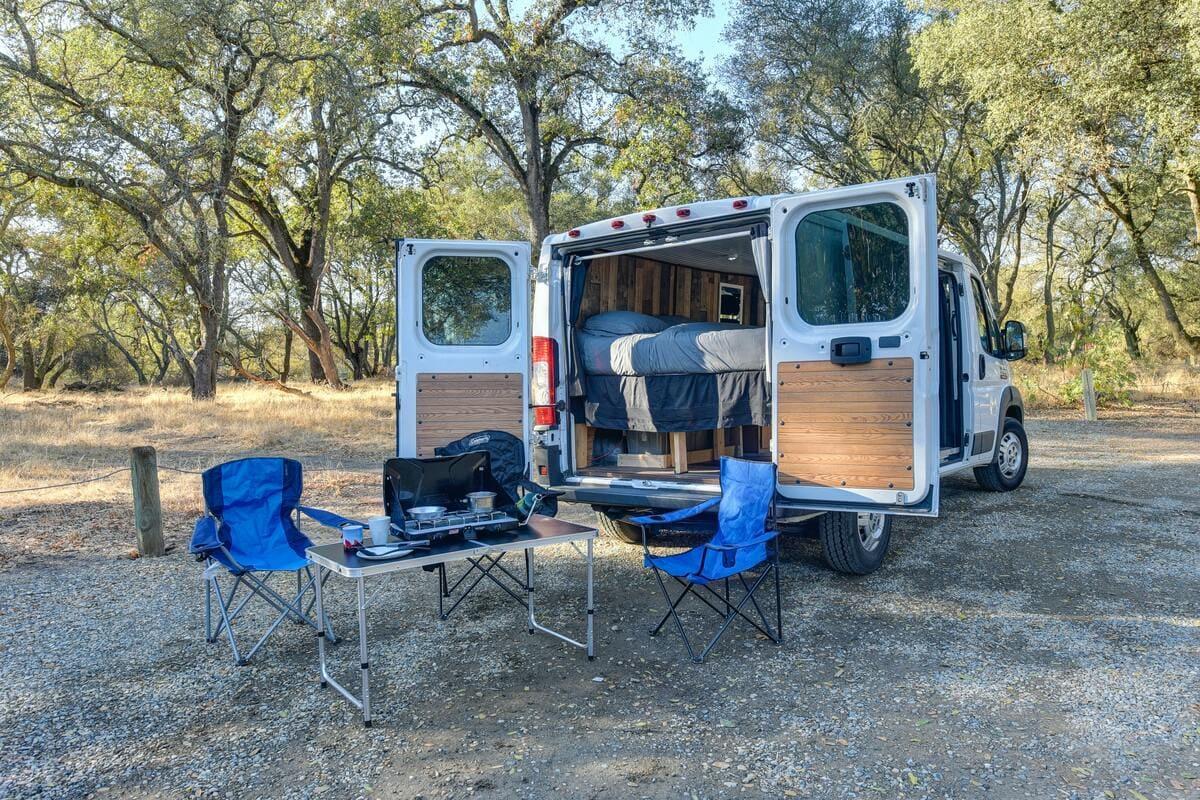 Campingtisch vor Van