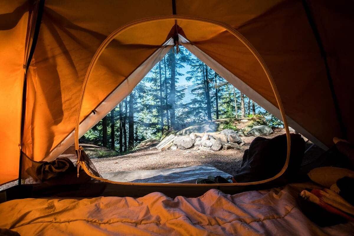 Schlafsack in Zelt