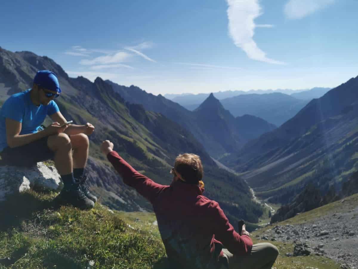 Zwei Wanderer machen Pause in den Bergen